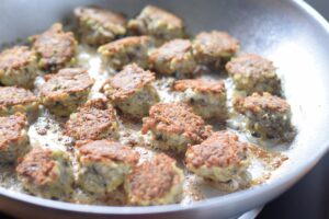 Gluten free and low carb chicken meatballs - low calorie, too! Recipe at beneficial-bento.com
